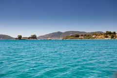 Overzees van Zakynthos toevluchtlandschap met hotels dichtbij blauwe overzees Royalty-vrije Stock Afbeeldingen