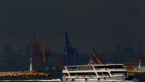 Overzees verkeer in Bosphorus-Straat Schepen in de Straat van Bosporus Istanboel Turkije stock video