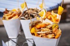 Overzees voedsel in kegels op de straat Stock Fotografie