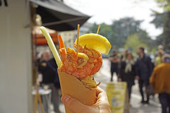 Overzees voedsel in kegels op de straat stock afbeeldingen