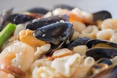 Overzees Voedselbraadpan: Mosselen, garnalen, calamari, witte wijn, boter, sherry, krabben en kruiden royalty-vrije stock foto