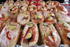 Overzees voedselsandwiches op een markt in Bergen, Noorwegen Royalty-vrije Stock Fotografie