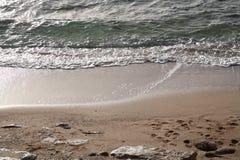 Overzees, voetafdrukken in het zand Royalty-vrije Stock Afbeeldingen