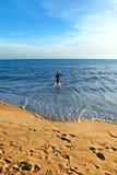 Overzees, zand en paar op het strand Stock Foto's