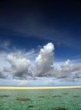 Overzees, Zand en Wolken Stock Foto