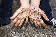 Overzees zand op zijn handen Royalty-vrije Stock Foto's
