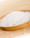 Overzees zout in de houten kom met peperkorrels op jutezak  Royalty-vrije Stock Fotografie