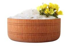 Overzees zout in een houten kom Stock Afbeeldingen