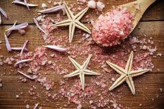 Overzees zout in een houten lepel Royalty-vrije Stock Foto