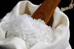 Overzees zout in een jutezak Royalty-vrije Stock Foto's