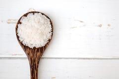 Overzees zout in houten lepel stock foto's