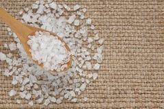 Overzees zout in houten lepel stock fotografie