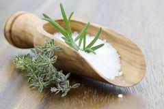 Overzees zout met kruiden Royalty-vrije Stock Foto's