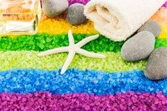 Overzees zout met shell, stenen, aromaolie en badhanddoek Royalty-vrije Stock Foto's