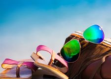 Overzeese achtergrond De zonnebril, handtas, wipschakelaars, sluit omhoog Royalty-vrije Stock Foto's