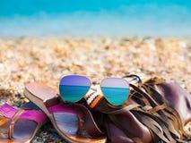 Overzeese achtergrond De zonnebril, handtas, wipschakelaars, sluit omhoog Stock Foto