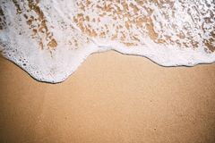 Overzeese achtergrond Zachte golf van blauwe overzees op zandig strand Royalty-vrije Stock Afbeelding