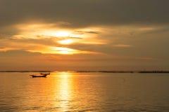 Overzeese avondzon bij zonsondergang Royalty-vrije Stock Foto's