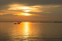 Overzeese avondzon bij zonsondergang Stock Afbeeldingen