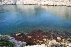 Overzeese baai in kalkrotsen Stock Fotografie