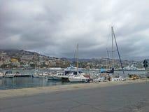 Overzeese baai met jachten en boten bij bewolkte dag in San Remo, Italië, mening van stad Sanremo, Italiaanse Riviera Royalty-vrije Stock Foto's