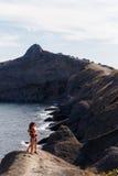 Overzeese baai met jong paar stock foto