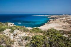 Overzeese baai met rotsachtige stranden stock afbeeldingen