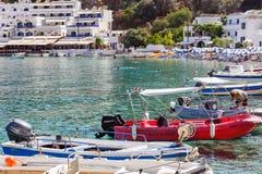 Overzeese baai van Loutro tona met klein strandhoogtepunt van toeristen en geparkeerde boten op het eiland van Kreta, Griekenland Royalty-vrije Stock Afbeeldingen