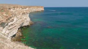 Overzeese baai van smaragdgroene kleur dichtbij kustklippen stock video