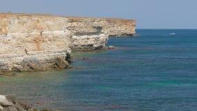 Overzeese baai van turkooise kleur dichtbij kustklippen stock footage