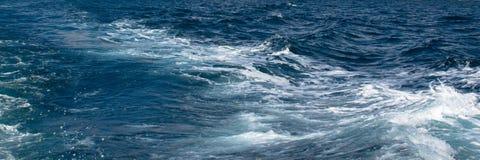 Overzeese blauw en schuimende golf stock afbeelding