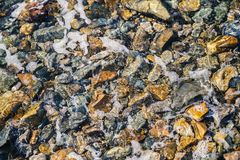 Overzeese bodem met kiezelstenen stock afbeelding