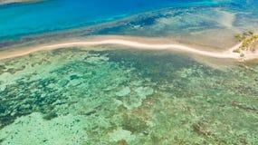 Overzeese bodem met zandbar lagune met koraalriffen, hoogste mening stock fotografie