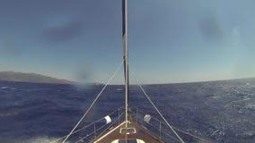 Overzeese boegzeilboot in bewolkt weer Het varen regatta in de open zee stock videobeelden