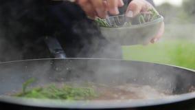 Overzeese bonen op kokende saus stock footage