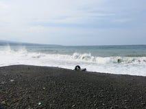 Overzeese branding en golven die op het strand verpletteren stock foto