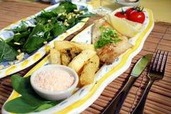 Overzeese Brasem & salade Stock Foto