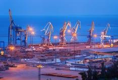 Overzeese commerciële haven bij nacht in Mariupol, de Oekraïne Industrieel La stock foto's