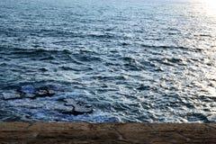 Overzeese die mening van Acre, Akko, stad door zeedijken en oude woonbuurt, Israël wordt omringd stock fotografie