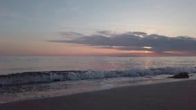 Overzeese die terugslag bij zonsondergang van oever met mooie pastelkleur-gekleurde hemel wordt gezien stock videobeelden