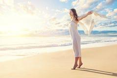 Overzeese en Strandachtergrond Horizon met hemelwolken, overzees en wit zand stock foto's