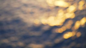 Overzeese gekleurde golven en rimpelingen en diepe blauwe overzeese achtergrond voorraad Overzeese golven bij zonsondergang blur stock footage
