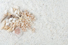 Overzeese giften op het zand Stock Foto's