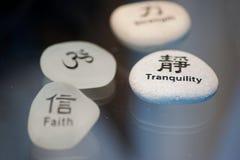 Overzeese glas en rotsen met Chinese karakters Stock Foto