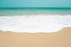 Overzeese golf op het strand Stock Foto