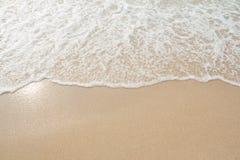 Overzeese golf op het strand Stock Foto's