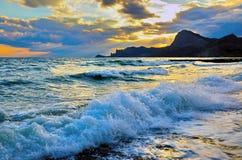 Overzeese golf op het strand, de branding op de kust van de Zwarte Zee bij zonsondergang royalty-vrije stock foto
