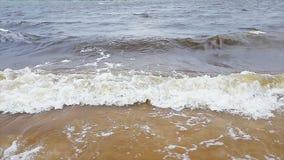 Overzeese golf op het zand van het strandclose-up stock footage