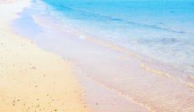 Overzeese golf op het zandige strand royalty-vrije stock foto's