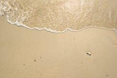 Overzeese golf op het zandstrand Stock Fotografie